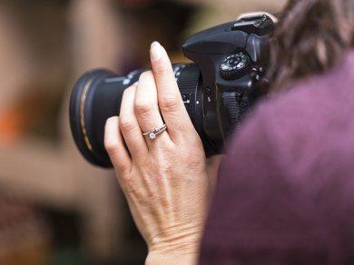 kobeta fotograf robiąca zdjęcie